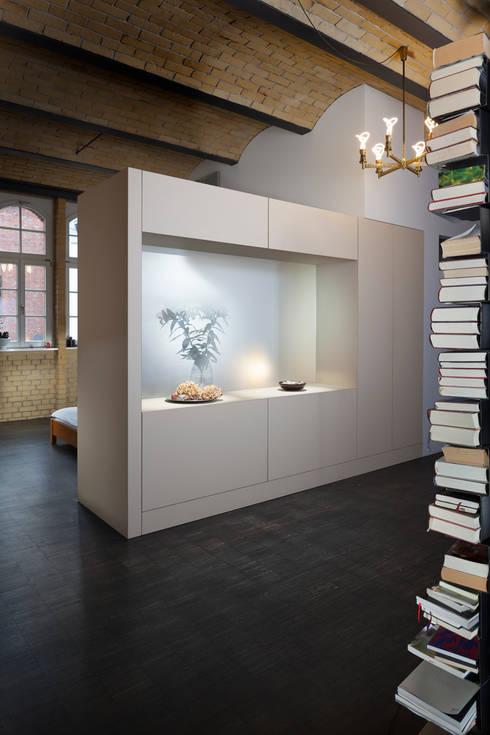 Flur mit Blick auf den Schlafbereich:  Flur & Diele von 16elements GmbH