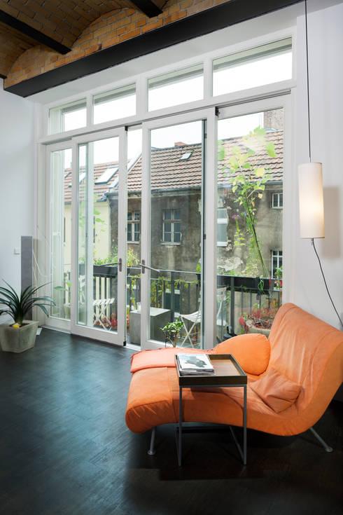 Wohnzimmer mit Blick auf die Nachbarfassade:  Wohnzimmer von 16elements GmbH