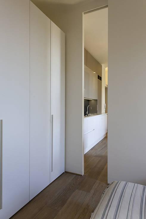 dalla camera: Camera da letto in stile  di Tommaso Giunchi Architect