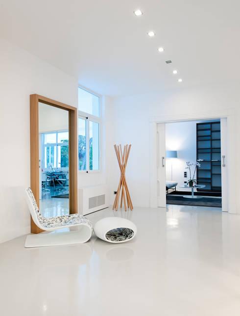 Casas con un estilo minimalista y muy luminosas: Pasillos y vestíbulos de estilo  de MSTUDIO FOTOGRAFIA PUBLICITARIA