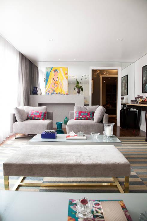 lareira em living : Salas de estar modernas por Arquitetura Juliana Fabrizzi