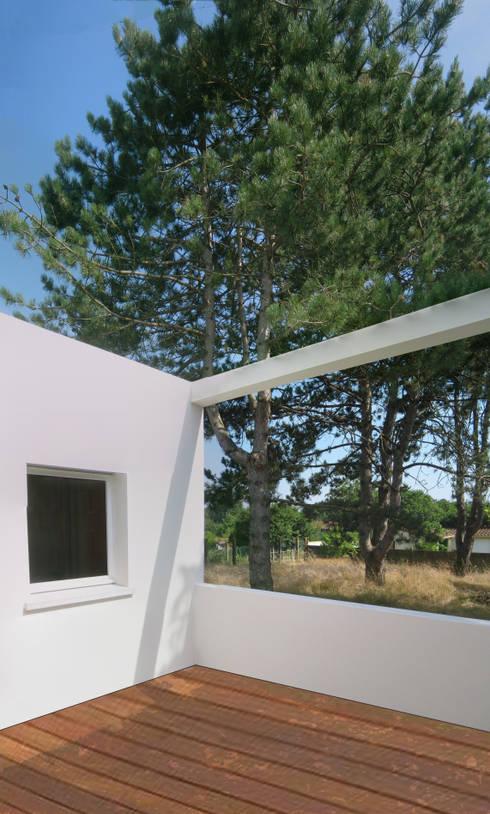 Maison autour d'un patio: Maisons de style de style Moderne par SARL Frédéric MAURET