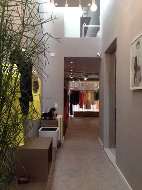 Perspectiva pelo fundo da loja: Lojas e imóveis comerciais  por Arquitetura Juliana Fabrizzi