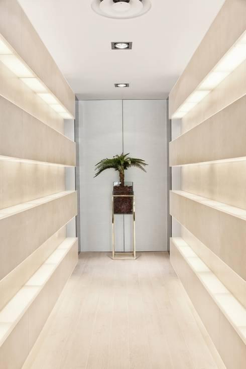Pasillos y recibidores de estilo  por Catarina Batista Studio