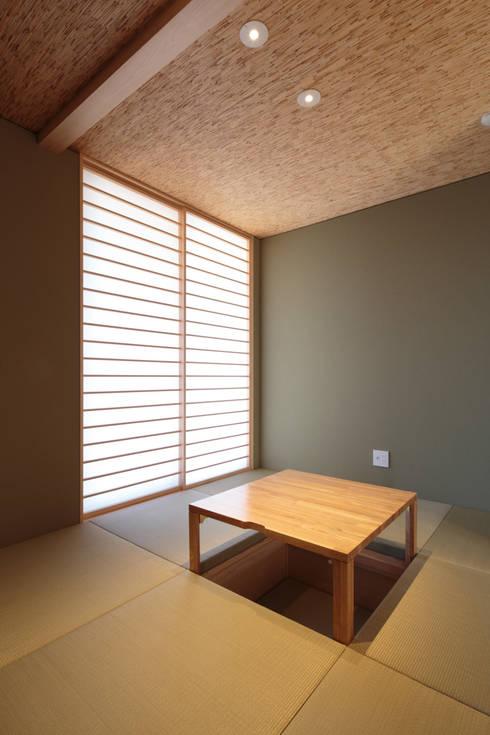 和室: 内田建築デザイン事務所が手掛けた和室です。