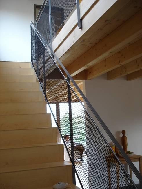 Modern und naturnah: Haus aus Holz Einfamilienhaus in der Eifel, Mendig :  Flur & Diele von PELL Architekten