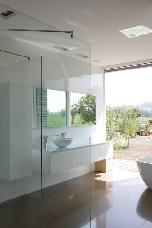 Le cube blanc : Salle de bains de style  par Luc Spits Interiors