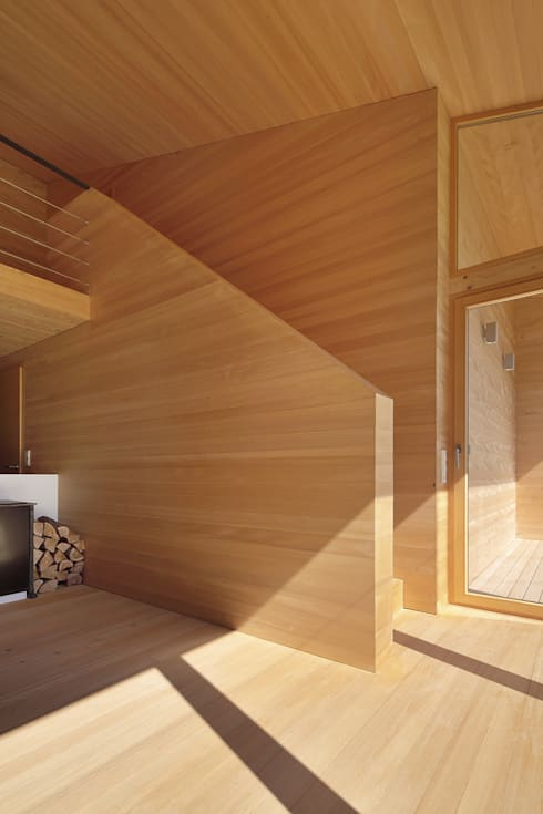 Bienenhus - Aufgang zum Galeriegeschoss:  Wohnzimmer von Yonder – Architektur und Design