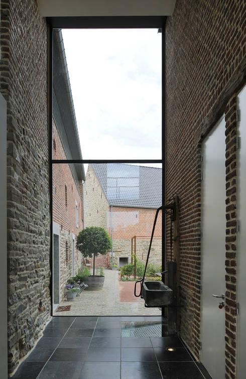 Réalité: Couloir et hall d'entrée de style  par Luc Spits Interiors