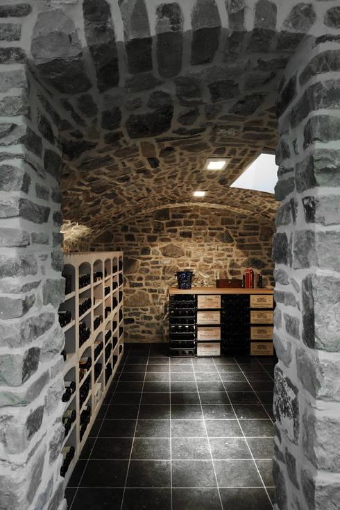 Le moellon: Cave à vin de style  par Luc Spits Interiors