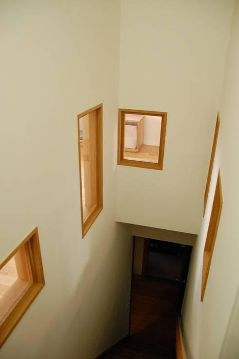 階段周りに窓のある家: sorama me Inc.が手掛けた廊下 & 玄関です。