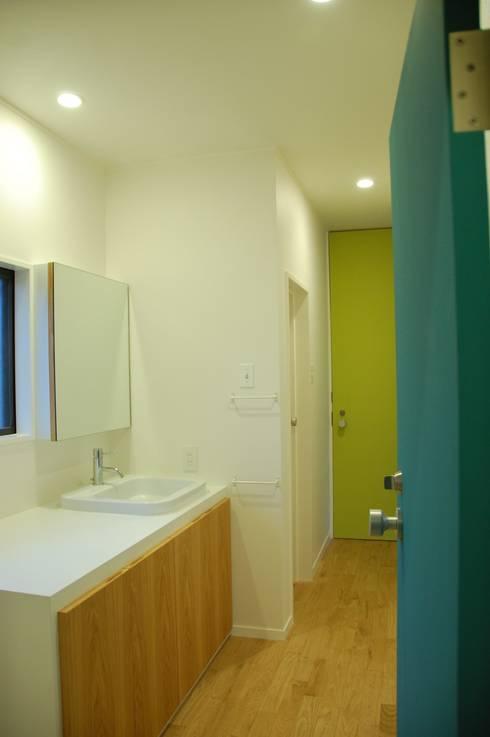 階段周りに窓のある家: sorama me Inc.が手掛けた浴室です。
