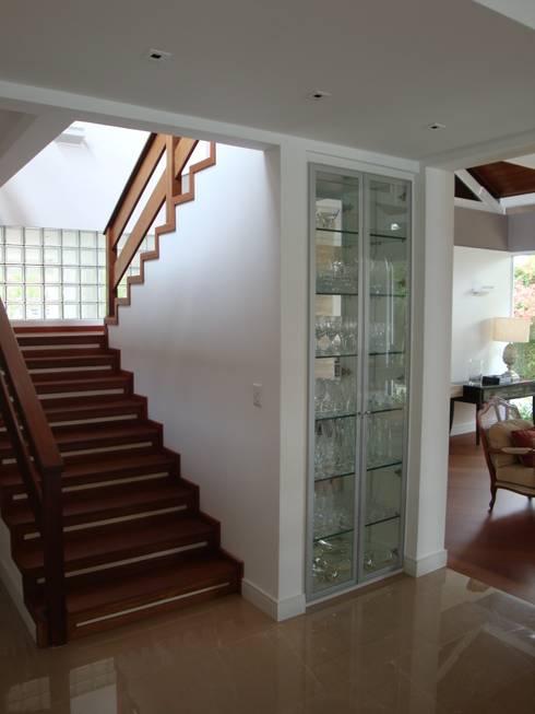 Casa GM: Corredores e halls de entrada  por Roesler e Kredens Arquitetura