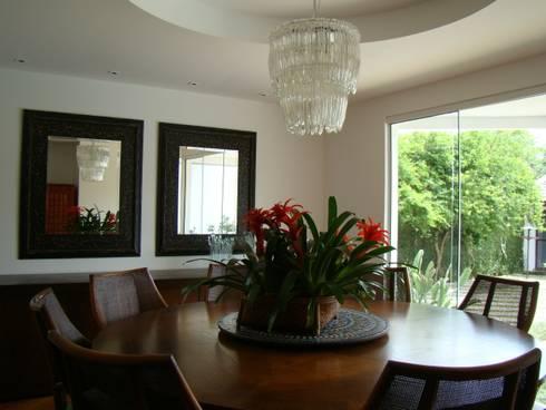 Casa GM: Salas de jantar modernas por Roesler e Kredens Arquitetura