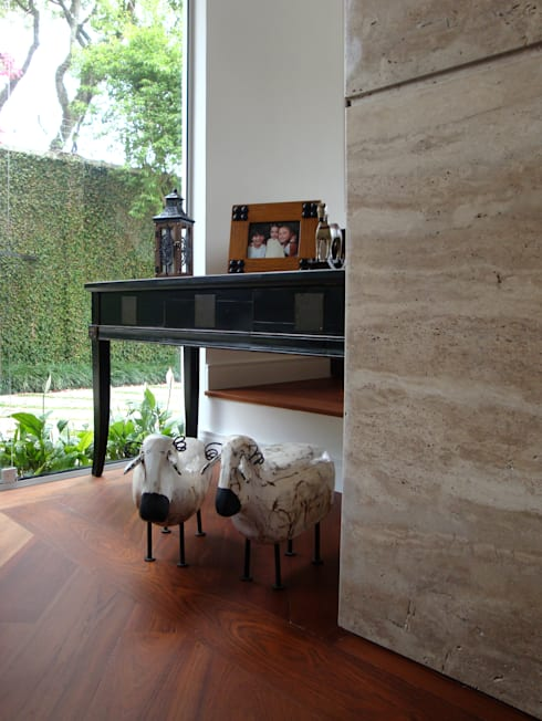 Casa GM: Sala de estar  por Roesler e Kredens Arquitetura