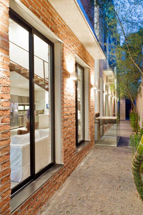 lateral: Casas  por PAULA BITTAR ARQUITETURA