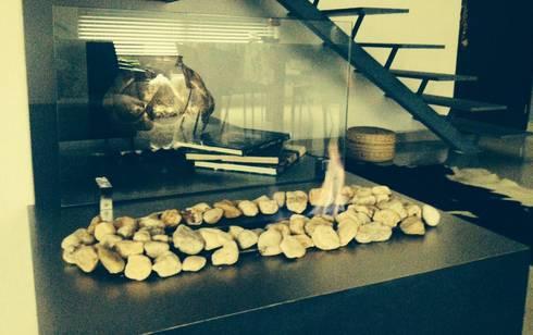 chimenea: Pasillos y recibidores de estilo  por Armatoste studio