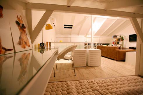 Sótão EL- Joinville/SC – Estúdio Kza Arquitetura e Interiores: Salas de estar modernas por Estúdio Kza Arquitetura e Interiores