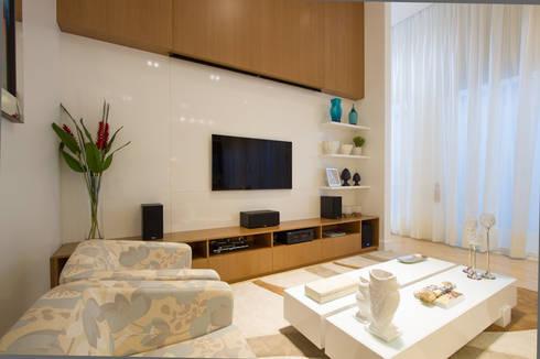 Casa AM – Joinville/SC – Estúdio Kza Arquitetura e Interiores: Salas de estar modernas por Estúdio Kza Arquitetura e Interiores