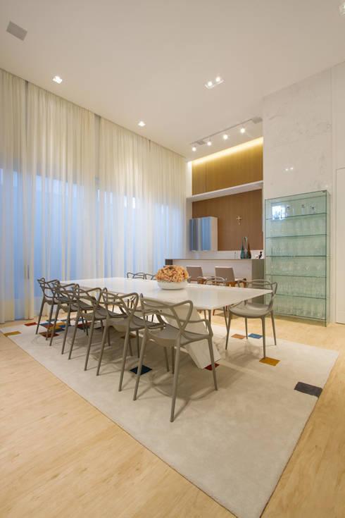Casa AM – Joinville/SC – Estúdio Kza Arquitetura e Interiores: Salas de jantar modernas por Estúdio Kza Arquitetura e Interiores