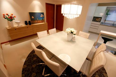 Casa AS- Joinville/SC – Estúdio Kza Arquitetura e Interiores: Salas de jantar modernas por Estúdio Kza Arquitetura e Interiores