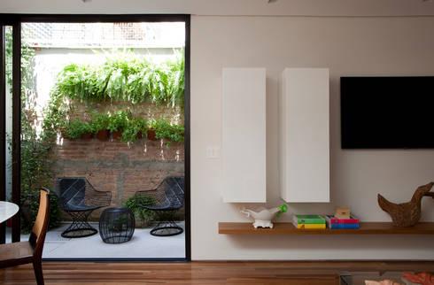 Casa de Vila: Sala de estar  por CSDA Arquitetura e Interiores