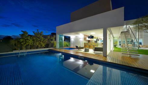 Casa Jabuticaba: Piscinas modernas por Raffo Arquitetura