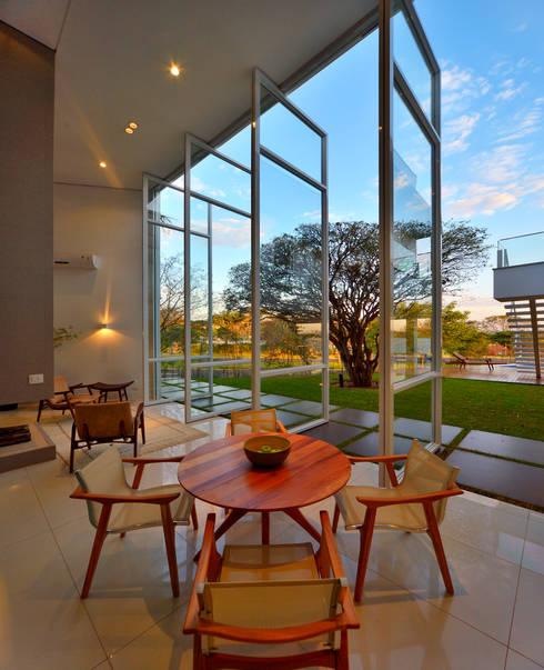 Casa Jabuticaba: Janelas   por Raffo Arquitetura