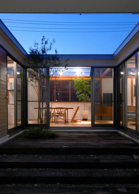 中庭夜景: 土居建築工房が手掛けた家です。
