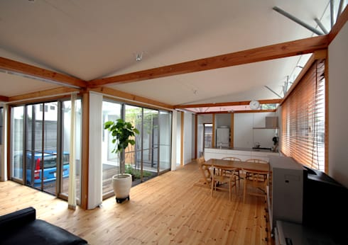 屋根勾配なりの天井が仕上がる: 土居建築工房が手掛けたリビングです。