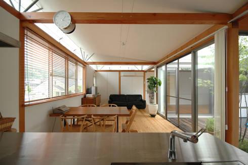 コートハウス: 土居建築工房が手掛けたダイニングです。