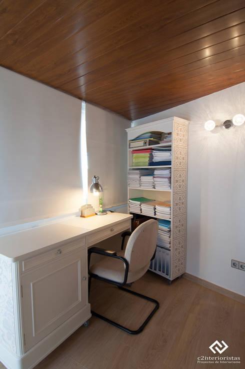 Diseño vivienda en Benalmádena: Estudios y despachos de estilo moderno de C2INTERIORISTAS
