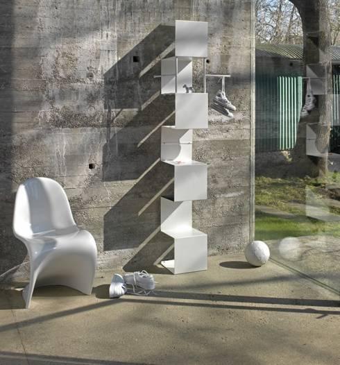 UP AND DOWN: moderner Flur, Diele & Treppenhaus von Carmen Stallbaumer Design
