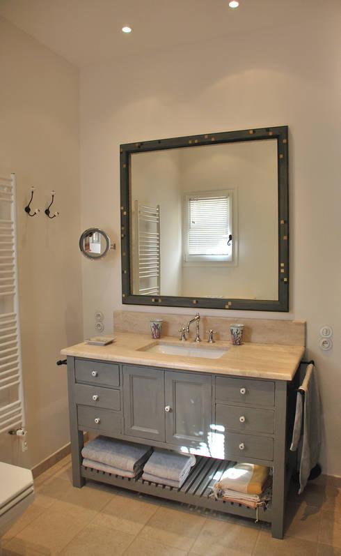 meuble vasque de salle de bain : Salle de bains de style  par FLEURY ARCHITECTE