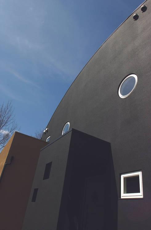 ア ー ル 屋根と黒の外壁: パパママハウス株式会社が手掛けた家です。