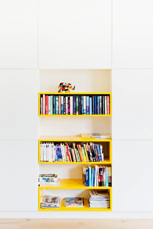 Kastenwand:  Woonkamer door Atelier 010