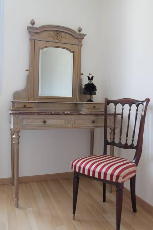 coiffeuse relookée: Chambre de style de style Rustique par Valoresidence