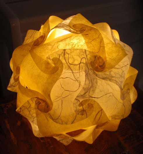 handgefertigte Designerlampe aus gelber Faserseide und weißem Naturpapier mit Maulbeerfasern:  Wohnzimmer von Zappies