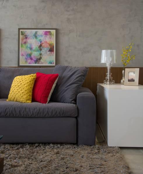 Apartamento Bravo: Salas de estar modernas por HB Interiores