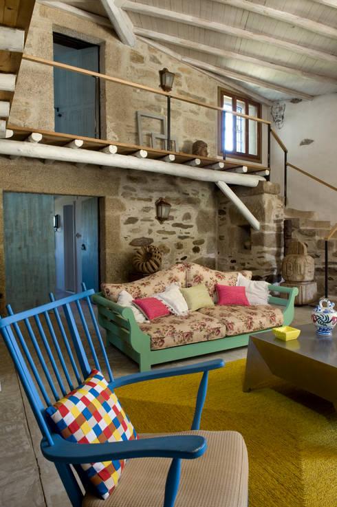 Casa de campo en Galicia: Salones de estilo  de Oito Interiores