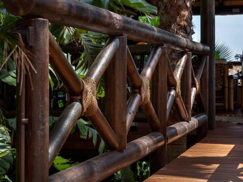 Barandilla de madera y cuerda: Jardín de estilo  de GRUPO ROMERAL