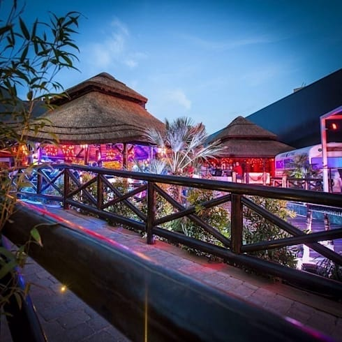 Pergola junco africano: Bares y Clubs de estilo  de GRUPO ROMERAL