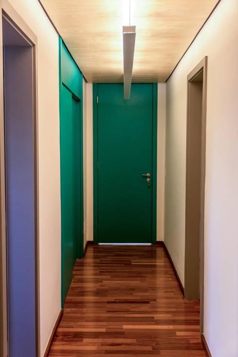 Corredor dos quartos: Corredores e halls de entrada  por Ruta arquitetura e urbanismo