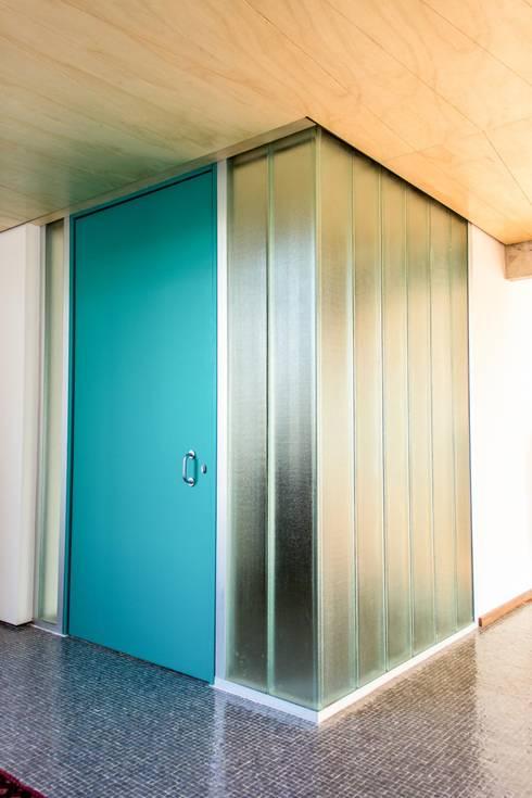 Hall de acesso : Parede e pavimento  por Ruta arquitetura e urbanismo