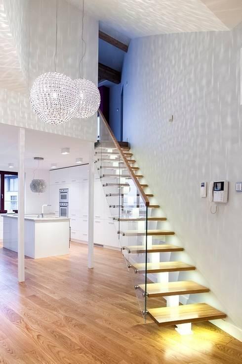 Pasillos y vestíbulos de estilo  por Tarna Design Studio
