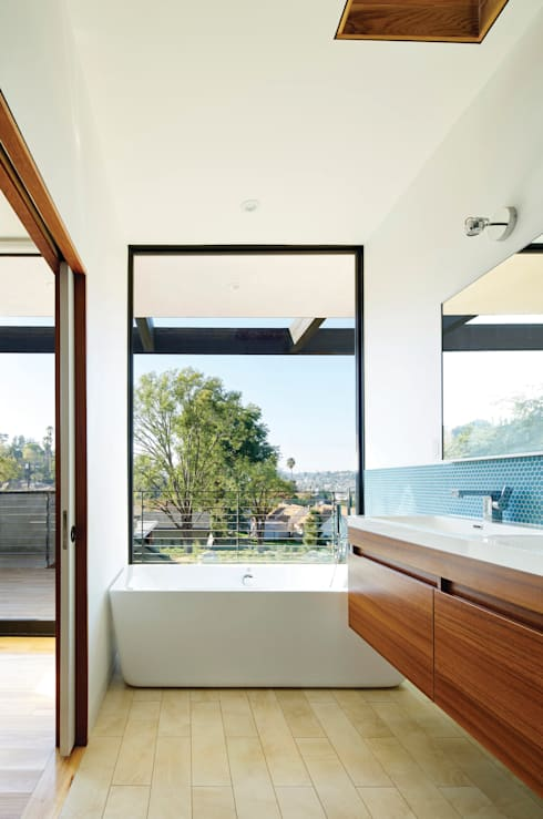 Morris House: modern Bathroom by Martin Fenlon Architecture