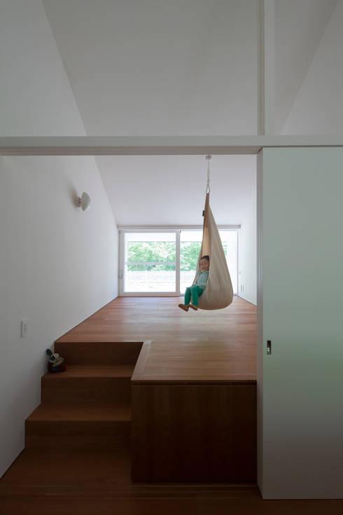 modern Nursery/kid's room by 株式会社 直井建築設計事務所