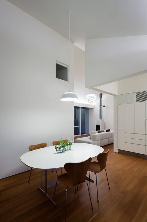 Salas de jantar modernas por 株式会社 直井建築設計事務所