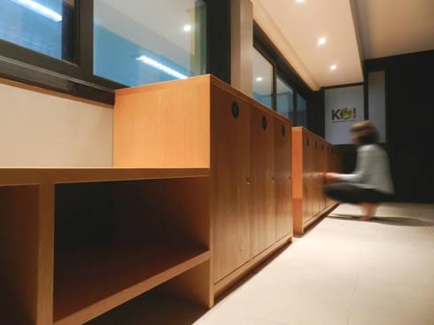 Detalhe Banco e Guarda Volumes: Espaços comerciais  por Monte Arquitetura