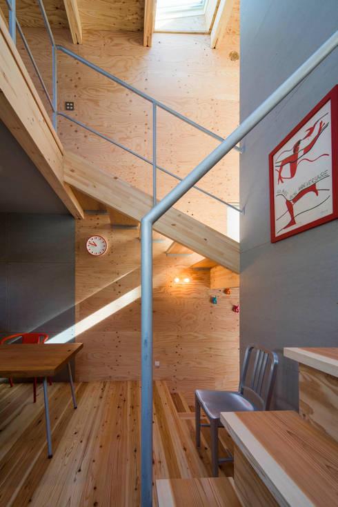 階段と吹抜け: アトリエセッテン一級建築士事務所が手掛けた廊下 & 玄関です。